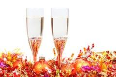 Vetri di champagne e delle palle rosse ed arancio di natale immagini stock libere da diritti