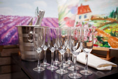 Vetri di champagne e di una bottiglia della condizione del champagne Fotografia Stock