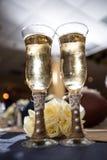 Vetri di Champagne e rose bianche Fotografia Stock