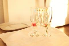 Vetri di champagne meravigliosamente decorati Fotografia Stock