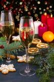 Vetri di Champagne nella regolazione di festa Celebrazione del nuovo anno e di Natale con champagne La festa di Natale ha decorat Fotografie Stock