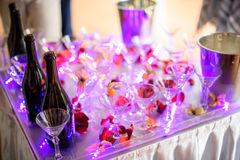 Vetri di Champagne Scorrevole di nozze per la sposa e lo sposo all'aperto Variopinto con Servizio di approvvigionamento celebrazi Immagine Stock Libera da Diritti