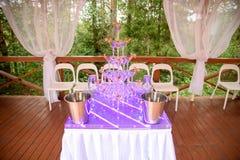 Vetri di Champagne Scorrevole di nozze per la sposa e lo sposo all'aperto Variopinto con Servizio di approvvigionamento celebrazi Immagine Stock