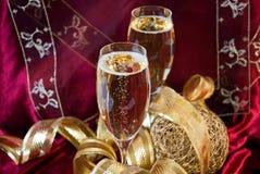 Vetri di Champagne su colore rosso Immagini Stock Libere da Diritti