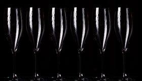 Vetri di Champagne su spruzzo nero Fotografie Stock