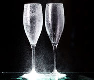 Vetri di Champagne su spruzzo nero Fotografia Stock Libera da Diritti