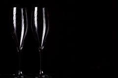 Vetri di Champagne su spruzzo nero Immagini Stock