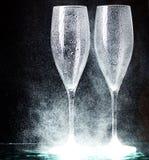 Vetri di Champagne su spruzzo nero Immagini Stock Libere da Diritti