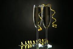Vetri di champagne su un fondo nero Immagini Stock Libere da Diritti