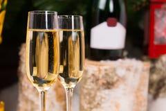 Vetri di Champagne sui vetri di flauto eleganti Immagine Stock