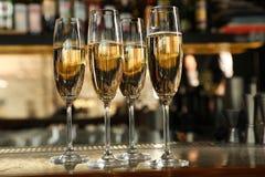 Vetri di champagne sul contatore immagine stock