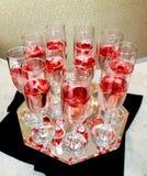 Vetri di Champagne sul fondo dell'oro Concetto di celebrazione di festa e del partito Immagini Stock