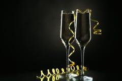 Vetri di champagne sul nero Fotografia Stock