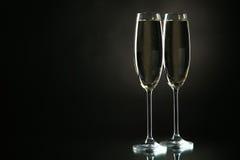 Vetri di champagne sul nero Immagine Stock