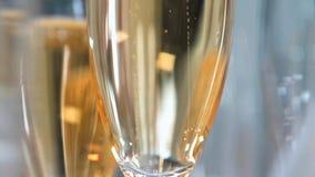 Vetri di Champagne sulla fine di vetro della tavola su video d archivio