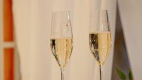 Vetri di Champagne sulla tavola celebratoria archivi video