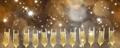 12 vetri di Champagne in un panorama di fila immagini stock