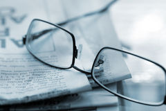 Vetri di lettura con il giornale Fotografia Stock Libera da Diritti