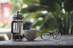 Vetri di lettura e del tè nel pomeriggio fotografie stock libere da diritti
