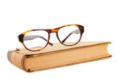 vetri di lettura su un libro fotografia stock libera da diritti