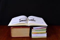 Vetri di lettura sui vecchi libri Immagini Stock