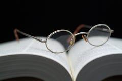 Vetri di lettura sul libro Immagine Stock Libera da Diritti