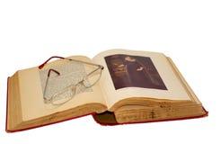 Vetri di lettura sul libro antico Fotografia Stock