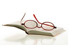Vetri di lettura sul libro aperto Fotografia Stock