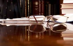 Vetri di lettura sullo scrittorio Fotografie Stock Libere da Diritti