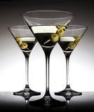 Vetri di Martini con le olive Fotografia Stock