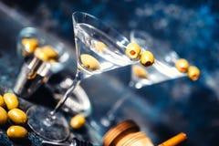Vetri di martini con le olive e la vodka Bevande alcoliche servite alla barra Immagine Stock Libera da Diritti