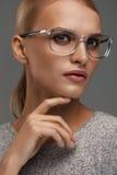 Vetri di modo delle donne Ragazza in Grey Eyeglasses alla moda, occhiali fotografie stock