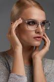 Vetri di modo delle donne Ragazza in Grey Eyeglasses alla moda, occhiali fotografia stock libera da diritti