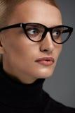 Vetri di modo delle donne Ragazza nel telaio di occhiali, occhiali alla moda Fotografie Stock Libere da Diritti