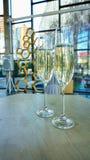 Vetri di nozze con champagne sulla tavola immagini stock libere da diritti
