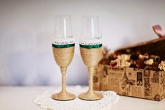 Vetri di nozze decorati con cavo, bello nastro verde sui vetri di nozze, vetri fatti a mano di nozze Fotografie Stock Libere da Diritti