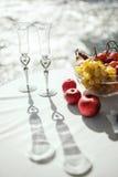 Vetri di nozze sulla tavola decorata Fotografia Stock