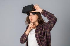 Vetri di realtà virtuale di prova della ragazza di bellezza Immagine Stock