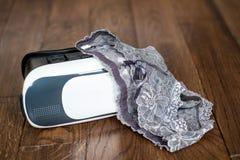 Vetri di realtà virtuale per i dispositivi mobili con la biancheria a delle donne Immagine Stock Libera da Diritti