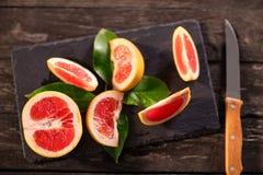 Vetri di succo d'arancia rosso organico fresco e di frutta fresca Immagine Stock