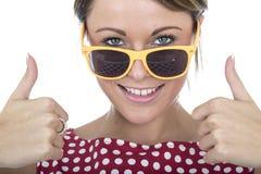 Vetri di Sun d'uso della donna che danno i pollici su Fotografia Stock Libera da Diritti