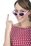 Vetri di Sun d'uso della donna che sostengono dito Immagini Stock Libere da Diritti