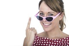 Vetri di Sun d'uso della donna che sostengono dito uno Fotografia Stock