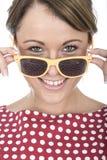 Vetri di Sun d'uso della giovane donna molto felice Immagini Stock Libere da Diritti