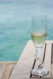 Vetri di un champagne dall'oceano immagini stock