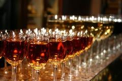 Vetri di vino alti di cerimonie nuziali Immagine Stock