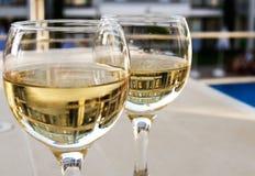 Vetri di vino bianco Immagini Stock