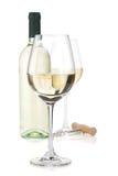 Vetri di vino bianco, bottiglia e cavaturaccioli Fotografia Stock Libera da Diritti