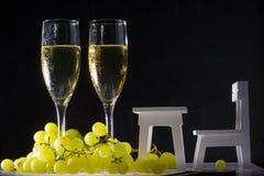 Vetri di vino bianco ed uva fresca Immagine Stock Libera da Diritti