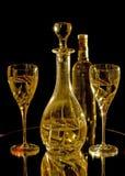 Vetri di vino, carafe e bottiglia di vino bianco immagini stock libere da diritti